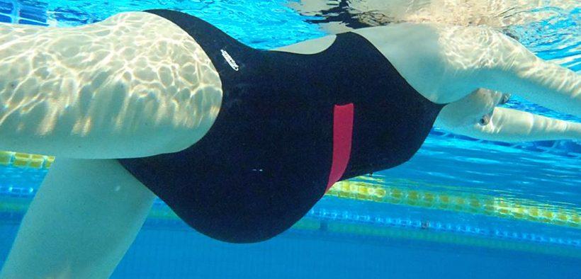 várandós kismama úszik