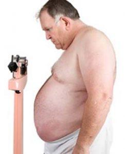 elhízás - elhízott férfi mérlegen