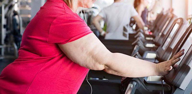 elhízott nő fitneszteremben