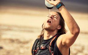 futás - fiatal férfi vízzel