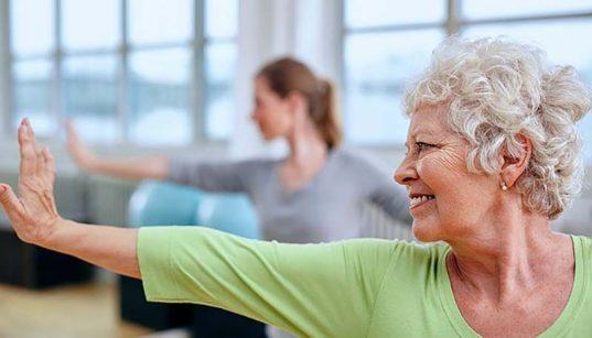 testmozgás - idős nő tornázik