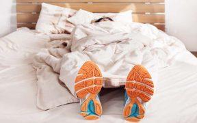 cipőben alvó sportoló - Jet lag