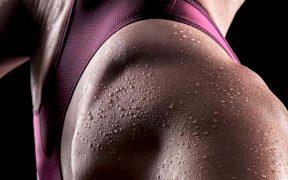 izzadó sportoló nő - folyadékfogyasztás