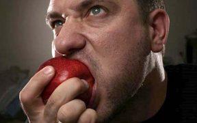 almát evő férfi - regeneráció
