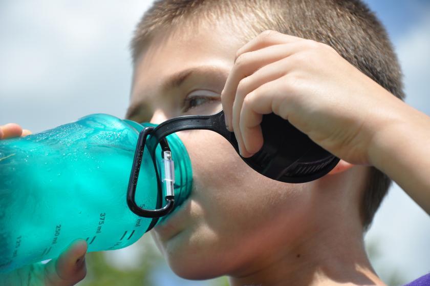 edzés közben sportoló gyerek iszik