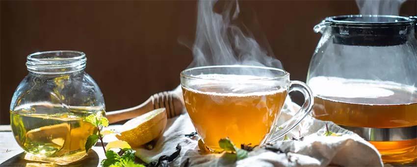 Bármennyire különös, de a tea (feketétől a zöldig) rendszeres fogyasztása megóvhat bennünket számos krónikus betegség kialakulásától. Miben rejlik gyógyító ereje?