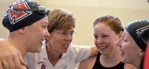 edző fiatal sportolókkal