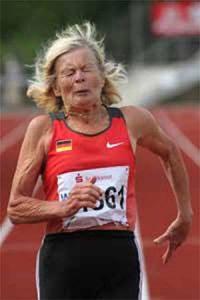 fizikai aktivitás - idős nő fut