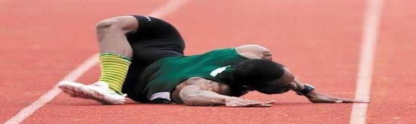 sportbaleset futó a sportpályán