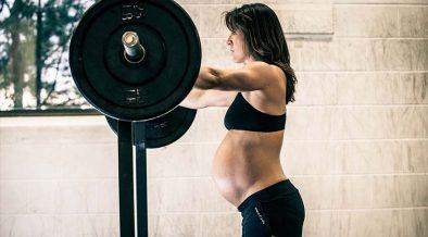 terhesség - várandós nő súlyt emel